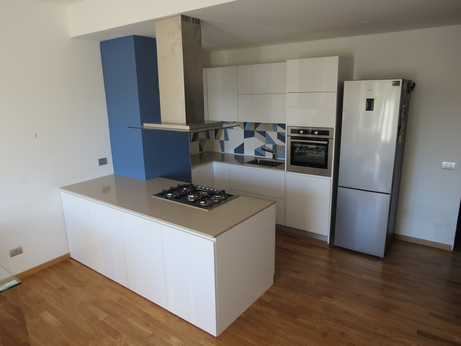 Cucina laccata bianco lucido top silestone e rivestimento - Cucina bianco lucido ...