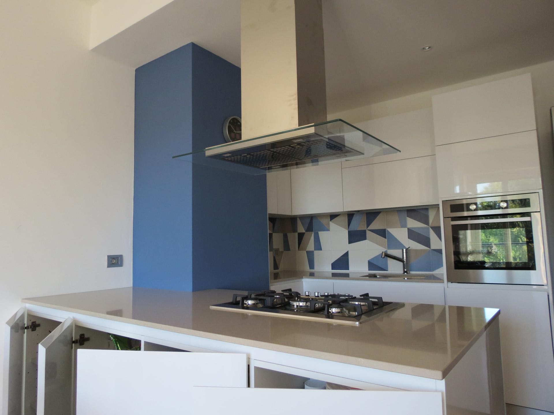 Cucina laccata bianco lucido top silestone e rivestimento ceramichebardelli - Rivestimento cucina bianco ...