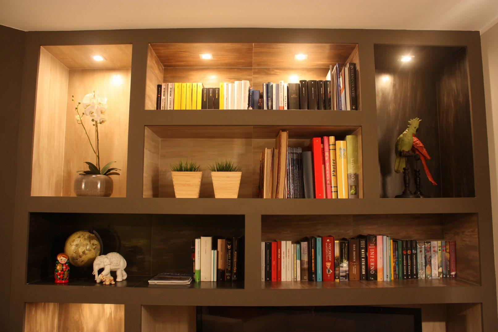 Libreria realizzata in cartongesso e gres porcellanato con for Libreria da camera