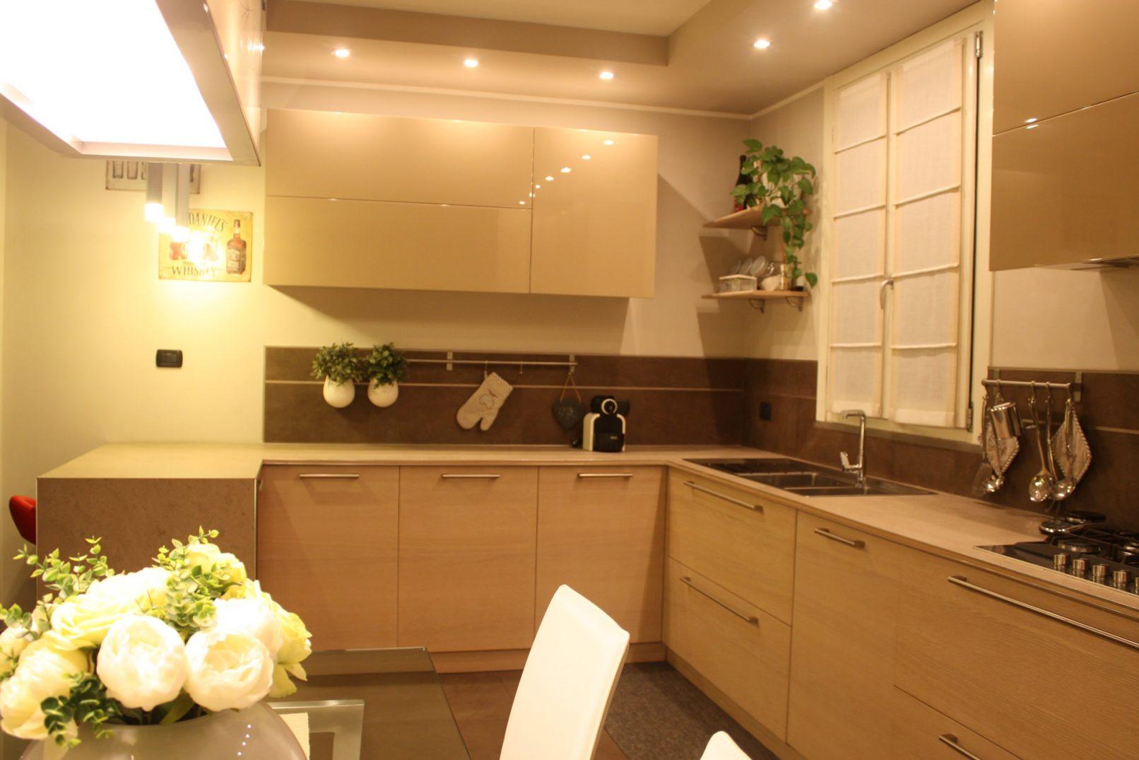 Cucina laccatura legno e top in gres porcellanato - Laccatura cucina rovinata ...