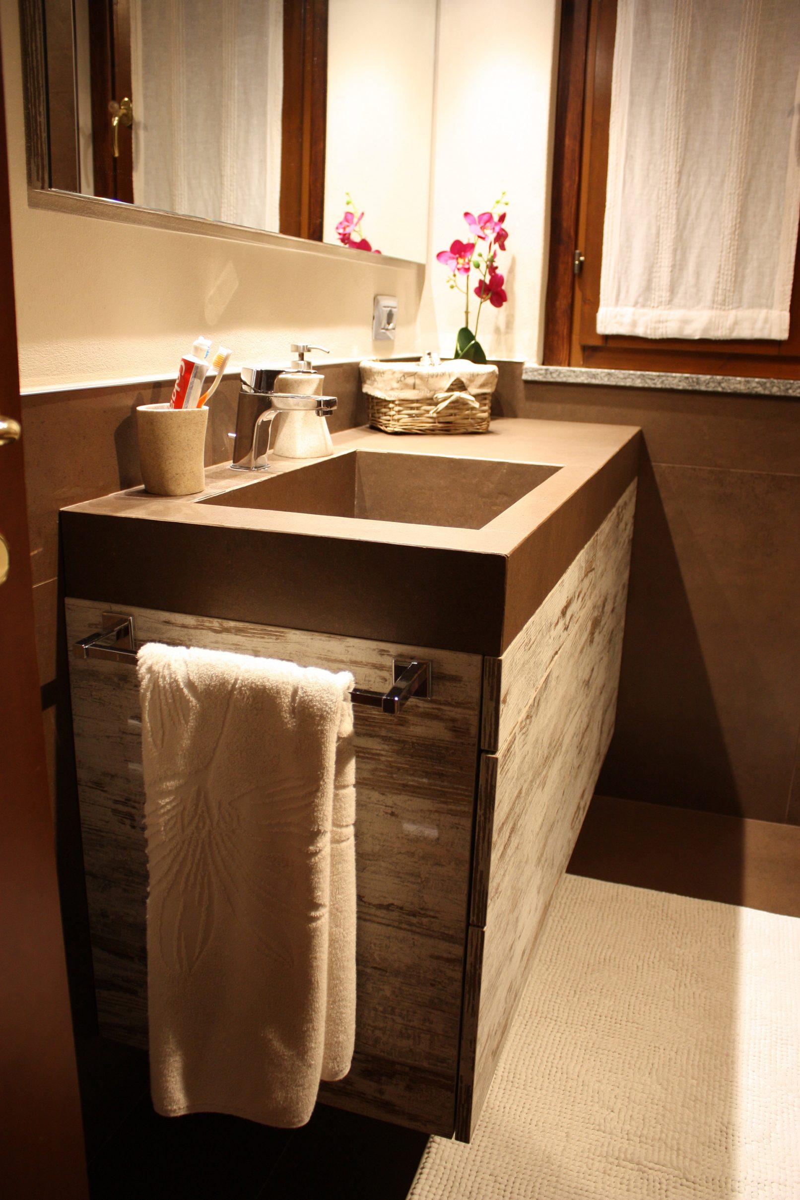 Total brown piccolo ma elegante bagno abitazione privata - Bagno elegante piccolo ...