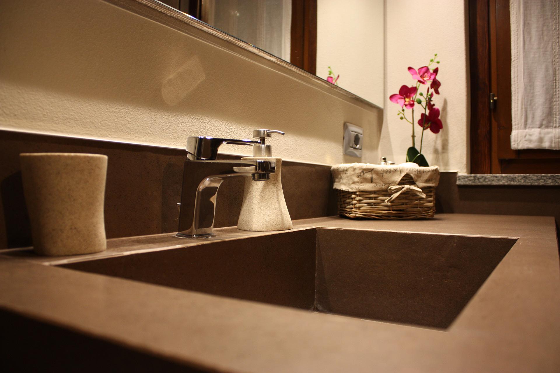 Total brown piccolo ma elegante bagno abitazione privata for Bagno piccolo elegante